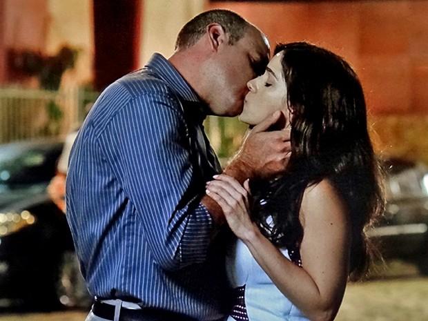 Fernando beija Itália e a morena corresponde (Foto: TV Globo)