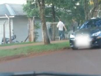Imagens feitas pela polícia flagraram o médico chegando à UBS para registrar o cartão ponto e saindo em seguida (Foto: Reprodução/RPCTV)