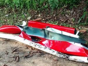 Peças da aeronave foram recolhidas pelas autoridades (Foto: Cássio Lyra/G1)