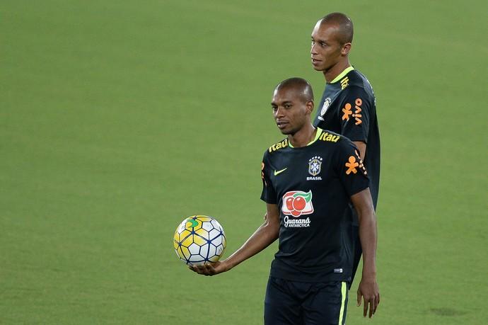 Fernandinho e Miranda no treino da seleção brasileira em Natal (Foto: Pedro Martins/MoWa Press)