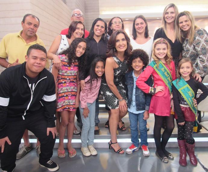 Fátima tira foto com a plateia do programa nos bastidores  (Foto: Priscilla Massena/Gshow)