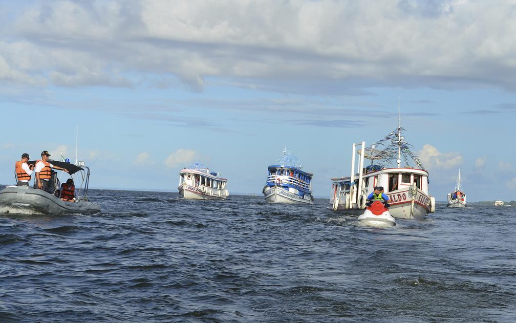 Embarcações chegavam aos poucos na procissão e traziam mais fiéis (Foto: Geovane Brito/G1)