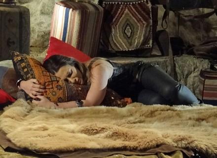 Vai ou fica? Bianca decide ir embora, mas acaba beijando Zyah na caverna