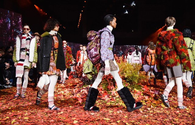 PARIS, FRANCE - MARCH 07:  Models walk the runway during the Moncler Gamme Rouge show as part of the Paris Fashion Week Womenswear Fall/Winter 2017/2018 on March 7, 2017 in Paris, France.  (Photo by Pascal Le Segretain/Getty Images) (Foto: Getty Images)