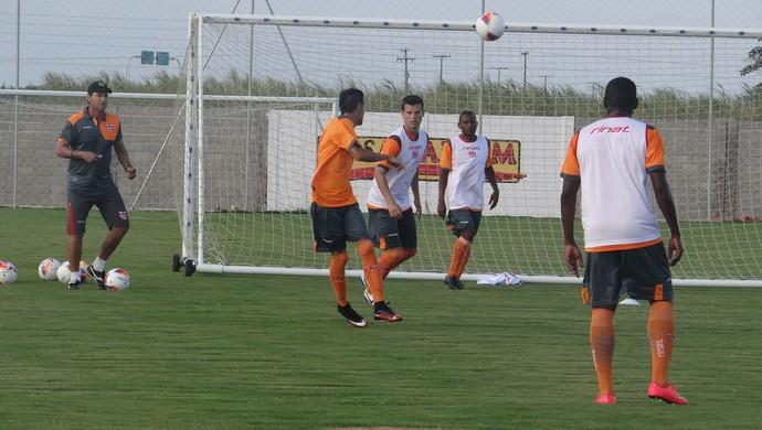CRB treina com bola no Ninho do Galo (Foto: Denison Roma/GloboEsporte.com)
