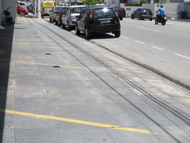 Outra farmácia rebaixou a guia e fez demarcações de vagas; na rua há sinaçização da prefeitura para que os carros estacionados. (Foto: Fabiana de Mutiis/G1)