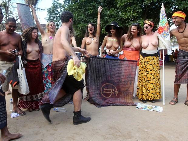 Manifestantes promovem um 'saiaço' pelo direito de homens usarem saias no centro histórico da cidade de Paraty, no sábado (2) da 12ª edição da Flip (Foto: Marcos de Paula/Estadão Conteúdo)