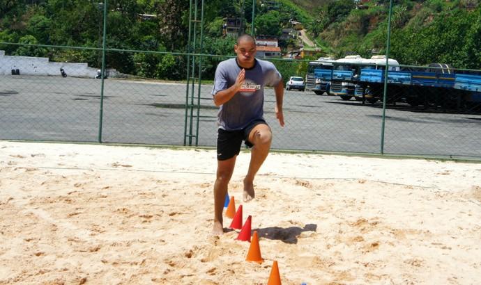 Meia Lopes Tigrão, ex-Palmeiras, treina para voltar a jogar em 2014 (Foto: Ronaldo Loureiro / Divulgação)