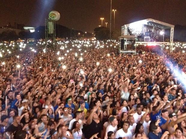 Público canta no show do rapper Pregador Luo (Foto: Carolina Dantas/G1)