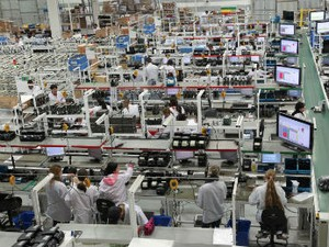 Emprego na indústria cai 0,5% em fevereiro, diz IBGE