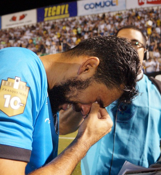 só emoção (Augusto Gomes/GloboEsporte.com)