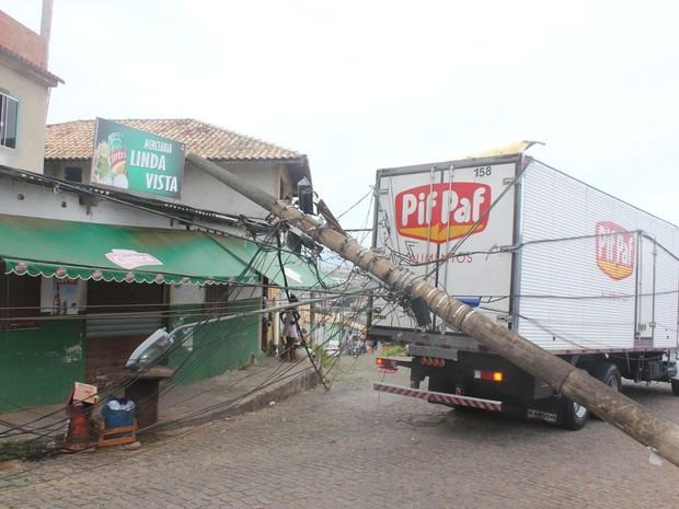 Caminhão derrubou dois postes em Macaé (Foto: Artur Cezar Gigante/Arquivo Pessoal)