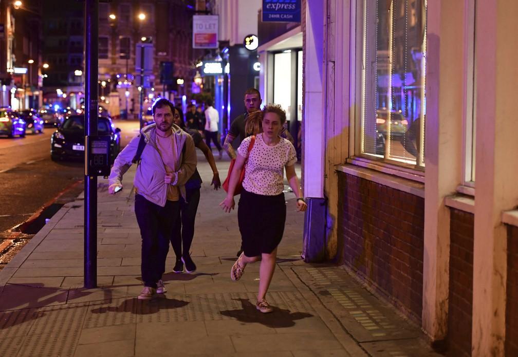 Pessoas correm pelas ruas em meio a incidente em ponte de Londres (Foto: Dominic Lipinski/PA via AP)