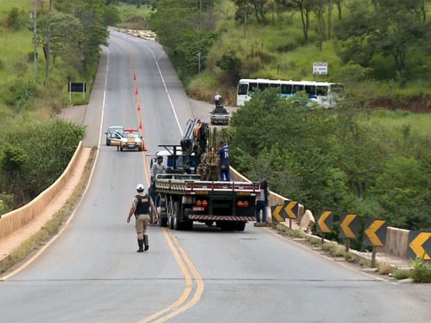 Trânsito é interditado para estudo de duplicação de ponte em Varginha (Foto: Reprodução EPTV / Claudemir Camilo)