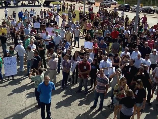 Manifestantes bloqueiam e pedem melhorias na MG-290 em Ouro Fino (Foto: Reprodução EPTV)