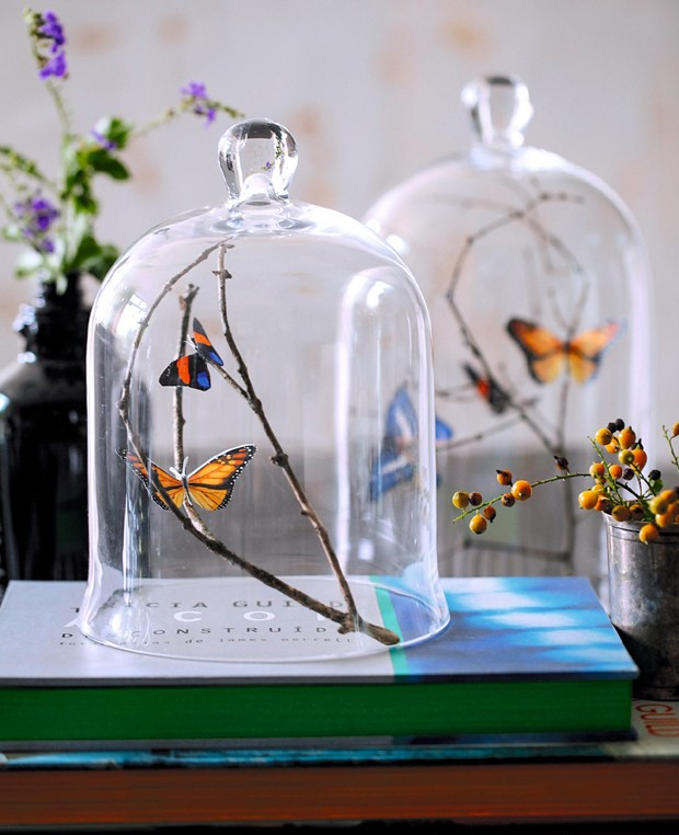 Para montar uma cena bucólica dentro de casa, imprima figuras de borboletas, recorte e cole em galhos secos. Uma redoma completa o enfeite, que é pura delicadeza (Foto: Elisa Correa / Editora Globo)