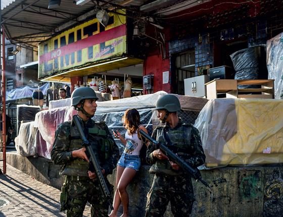 Soldados patrulham o morro (Foto:  Ana Carolina Fernandes/ÉPOCA)