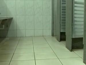 Criança foi encontrada dormindo no banheiro da escola (Foto: Reprodução / TV TEM)