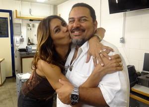 Dira Paes e o chefe de caracaterização da novela (Foto: Salve Jorge / TV Globo)