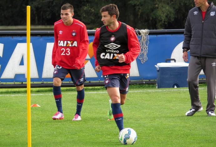 Daniel Hernández e Bruno Pereirinha participam do treino do Atlético-PR (Foto: Fernando Freire)