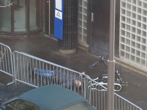 Policiais usam robô para verificar se há explosivos no corpo de suspeito morto após tentar atacar uma delegacia em Paris nesta quinta-feira (7) (Foto: Handout via Social Media Website/Anna Polonyi)