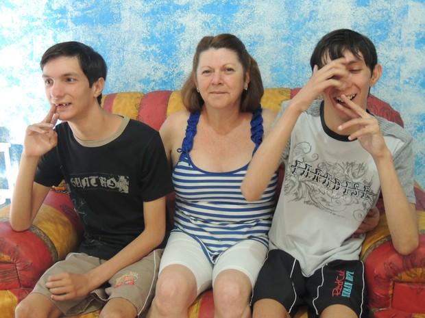 Creuza acredita que cuidar dos filhos gêmeos é uma missão (Foto: Pedro Carlos Leite/G1)