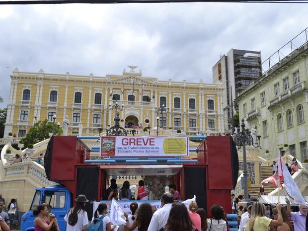 Manifestantes foram para a frente do Palácio Anchieta (Foto: Viviane Machado/ G1 ES)