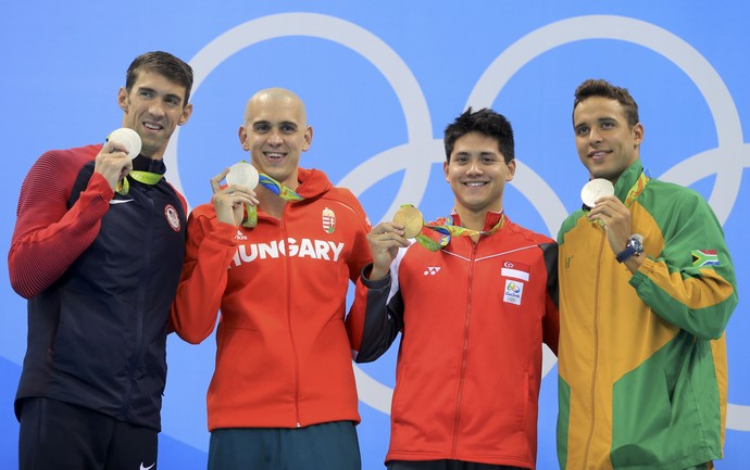 Pódio 100m borboleta: Joseph Schooling, Cingapura, ouro, Michael Phelps, Chad Le Clos e Laszlo Cseh, medalhistas de prata (Foto: REUTERS/Dominic Ebenbichler)