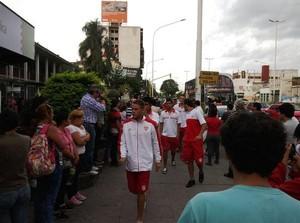 Jogadores do Atlético Paraná chegam ao Hospital Escuela Cristian Gómez (Foto: Reprodução de Twitter @vermudeportivo)