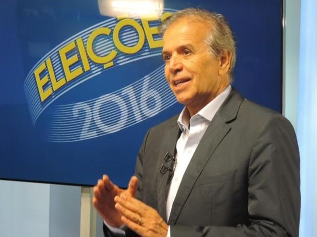 Edinho Araújo, PMDB, durante entrevista na TV TEM (Foto: Marcos Lavezo/G1)