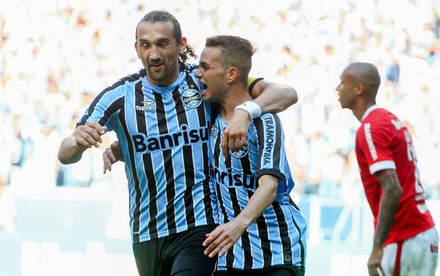 Barcos e Luan gol Grêmio x Internacional (Foto: Marcos Cunha / Ag. Estado)
