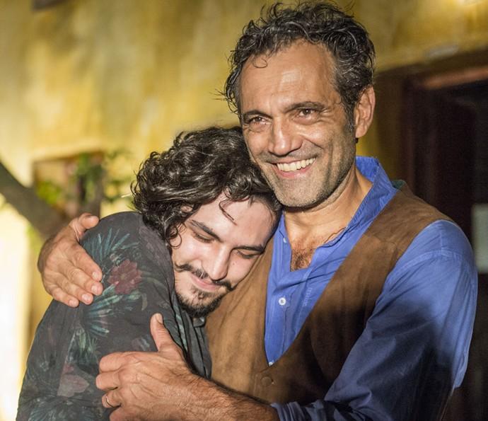 Gabriel Leone dá um abraço em Domingos nos bastidores das gravações (Foto: Renato Rocha Miranda/Globo)