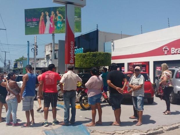 Clientes formaram longas filas do lado de fora fora da agência (Foto: Marcio Chagas/G1)