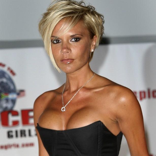 A ex-Spice Girl e hoje estilista Victoria Beckham confirmou na década passada os boatos que havia anos circulavam a seu respeito: reduziu as mamas, para que ficassem de um tamanho que ela julga adequado. (Foto: Getty Images)