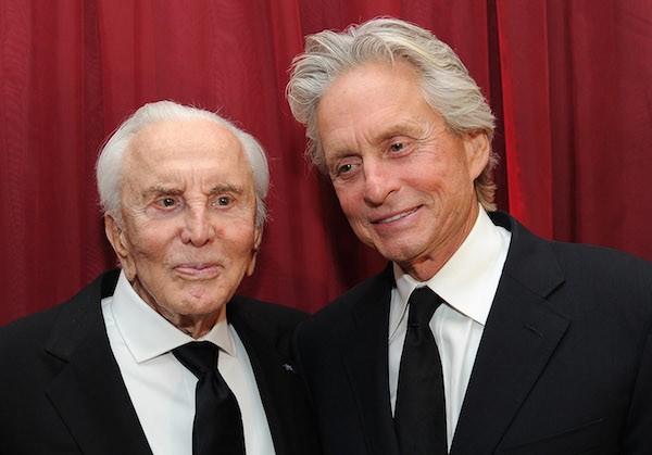Os atores Kirk Douglas e Michael Douglas, pai e filho (Foto: Getty Images)