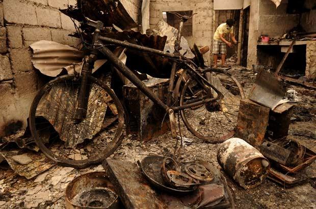 Destruição provocada por incêndio em favela de Manila, capital das Filipinas, na madrugada desta terça-feira (19) (Foto: AFP)