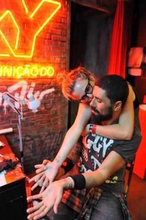 Tchello faz tattoo  (Foto: Bia Alves /AgNews)