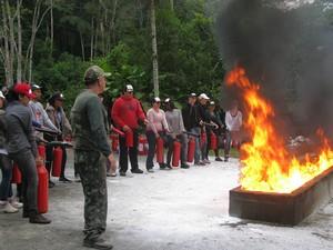 Alunos usam extintores de incêndio (Foto: Pâmela Kometani/G1)