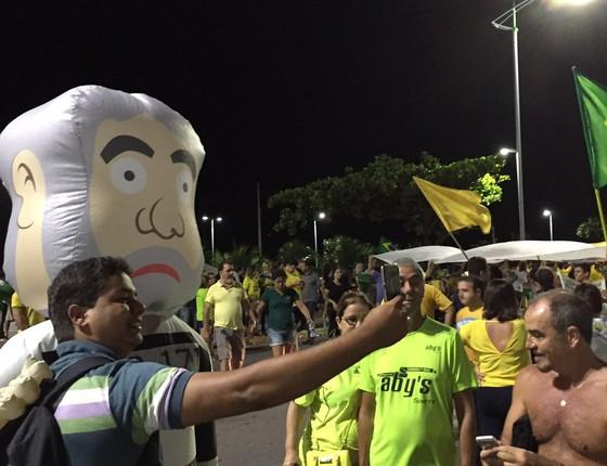Manifestantes próximos ao prédio de Renan Calheiros (PMDB-AL) em Maceió (Foto: Reprodução)