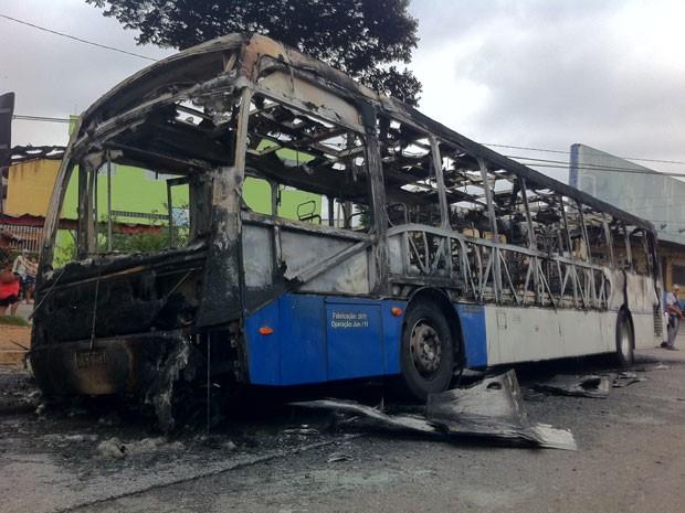 Ônibus foi incendiado na manhã deste domingo  (Foto: Fabiano Correia/ G1)