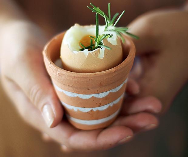 Não é fácil encontrar porta-ovos que fujam do modelo tradicional. No entanto, é fácil solucionar esse problema. É só escolher um pequeno vaso de barro – desses de loja de jardinagem, mesmo – e voilá. Se quiser personalizá-lo, a caneta branca te ajuda. (Foto: Rogério Voltan/Casa e Comida)