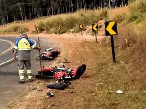 Dois motociclistas morreram após colisão frontal em rodovia de São Pedro (Foto: Reprodução/EPTV)