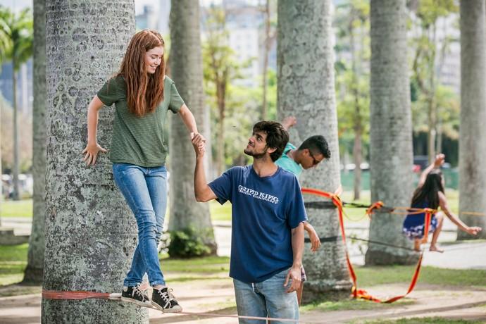 A dupla se diverte no slackline (Foto: Isabella Pinheiro / Gshow)