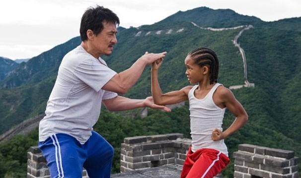 Jackie Chan é o mestre Dre, que ensina o pequeno (Jaden Smith) a lutar para se defender (Foto: divulgação)