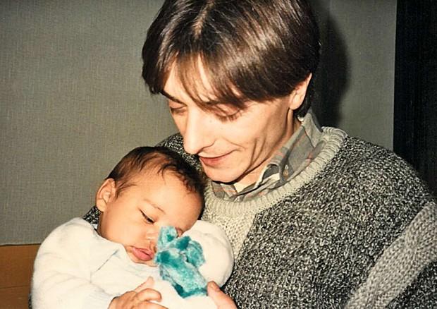 Olivier Com o pai Bruno-Jean no orfanato, em fevereiro de 1986 (Foto: Divulgação)
