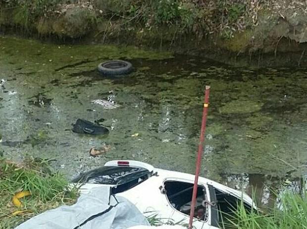 Veículo caiu dentro de um córrego no km 46 da BR-290, em Glorinha (Foto: RBS TV/ Reprodução)
