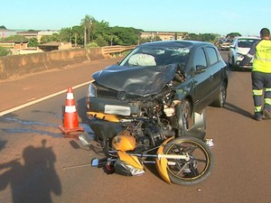 Acidente entre carro e moto matou jovem de 21 anos em Sertãozinho, SP (Foto: Reprodução/EPTV)