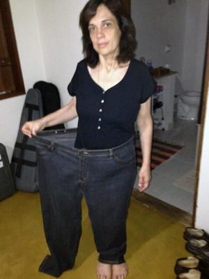 A médica Cira Costa com a calça tamanho 58 que usava quando pesava 137 kg (Foto: Cira Costa/Reprodução)