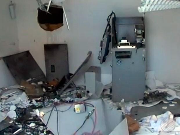 Um caixa eletrônico foi explodido na madrugada deste sábado (22), em São Gonçalo dos Campos, a 134 km de Salvador (Foto: Imagens/TV Bahia)