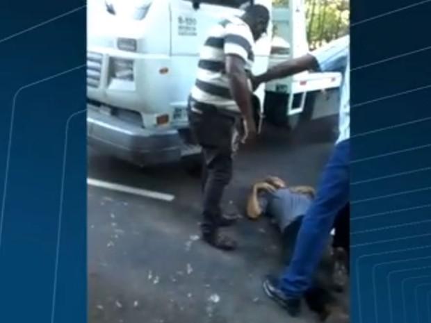 Motorista de reboque foi socorrido após ataque de fúria (Foto: Reprodução / Globo)